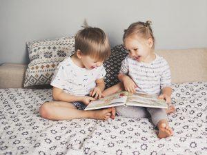 dwoje dzieci na łóżku